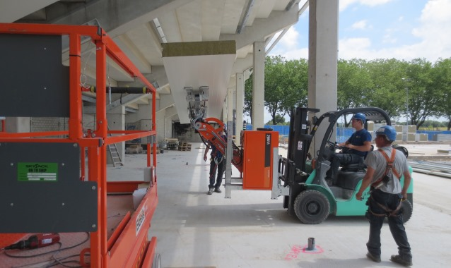 VIAVAC Cladmaster plafondpaneel heftruck hoogwerker project